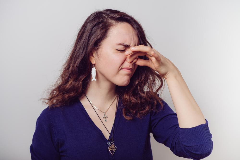 Znečišťující látky / látky ve vnitřním prostředí - žena se zacpaným nosem