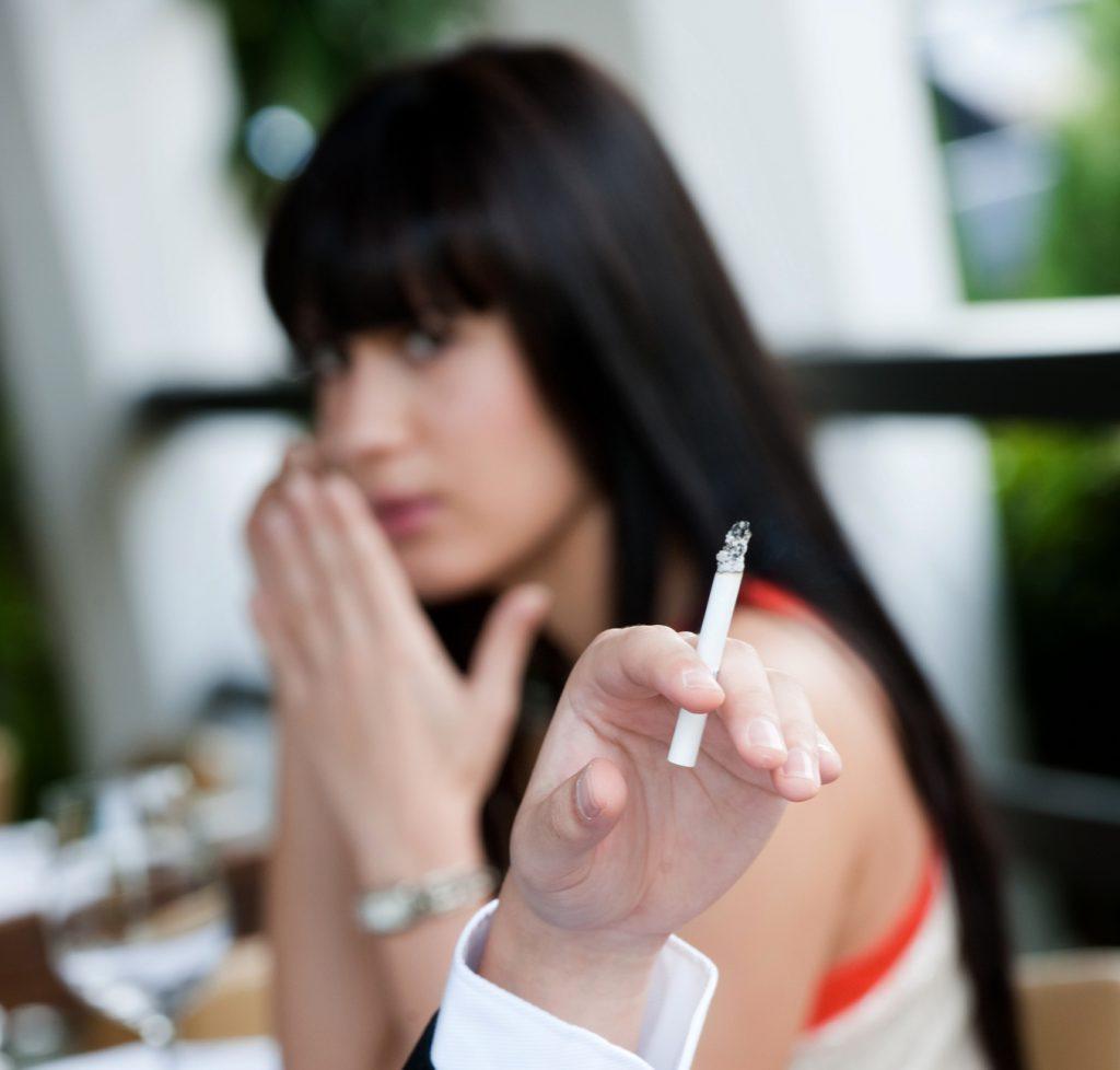 kouření v restaurace - ruka s cigareou